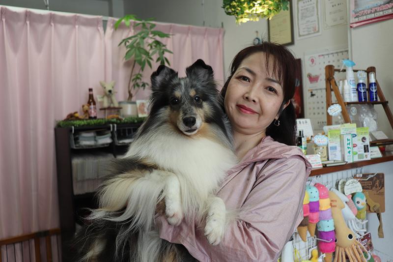 黒白の色の犬を抱く女性