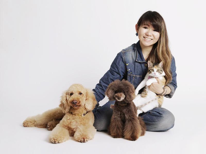 女性と猫と茶色の犬2匹